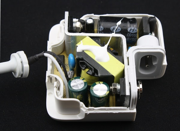 Inside a counterfeit MagSafe 45W charger.