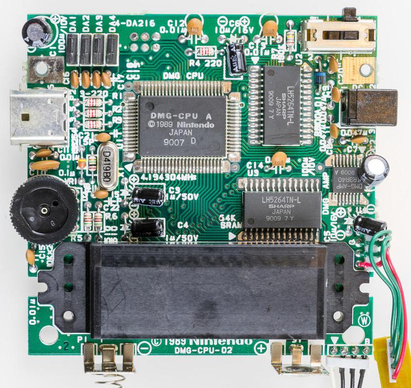 Game Boy circuit board. The audio amplifier chip is midway on the right-hand side. © Raimond Spekking / CC BY-SA 4.0 (via Wikimedia Commons).