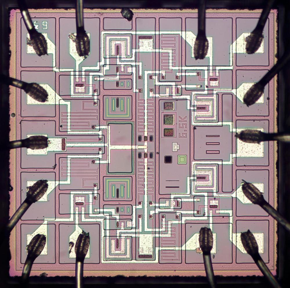 Die photo of the Soviet 134ЛА8 (134LA8) NAND gate integrated circuit. (Click any photo for a larger image.)