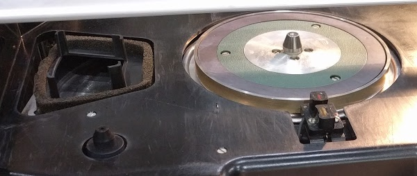 The motor spindle (center) rotates the hard disk. In front of the spindle is the sensor to detect sectors. To the left is the ventilation air duct for the disk.